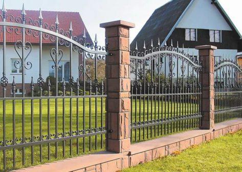 кирпичный забор с ковкой