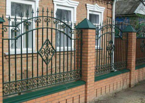 кирпичный забор с ковкой в Тольятти
